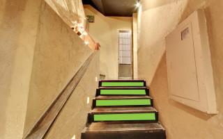 階段の段差スペース(約80cm × 約16cm) (サイズにあった、ポスターなど) (計4箇所)